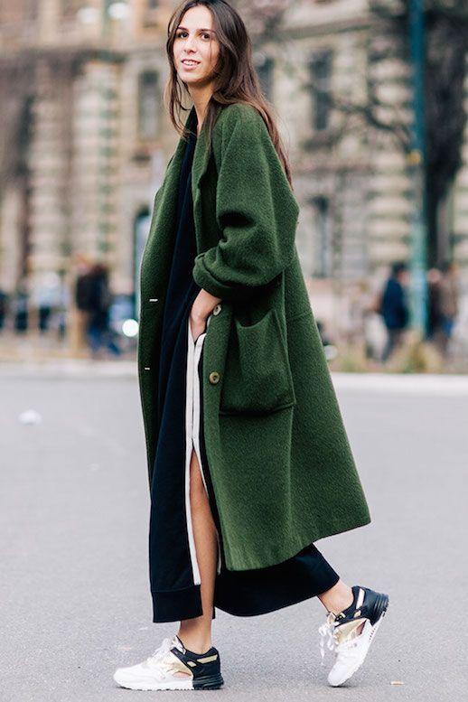 zelenaLe-Fashion-Blog-Ways-To-Wear-Green-Jacket-Fall-Winter-Street-Style-Oversized-Wool-Blend-Coat-Sneakers-Long-Hair-Elisabetta-Di-Maso-Via-Shot-By-Gio