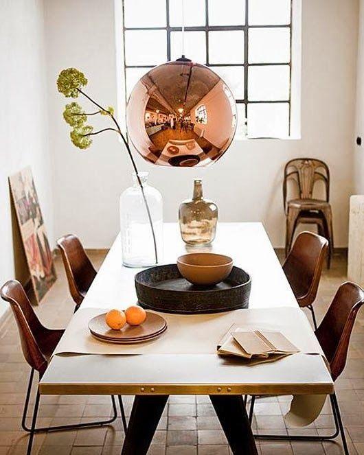 yemek masasında bakır lamba